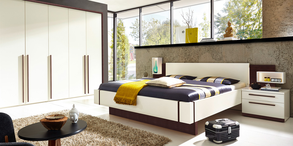 Schlafzimmer mit Bett in creme / zartbitter