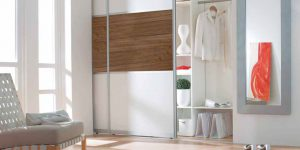 Raumteiler mit Holzelement